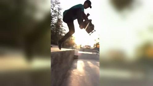 极限滑板运动,滑板在脚下水平360度旋转,这难度不小啊