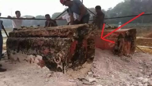 古墓惊险诡异红棺,挖开后专家吓得瘫痪,墓中尸体竟忽然起身!