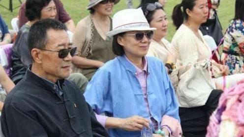 他曾受癌症的折磨,康复后带妻子拍戏,如今63岁生活的很幸福