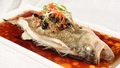 蒸鲈鱼时,很多人少了这1步,难怪蒸出来的鲈鱼不嫩滑,还腥味重