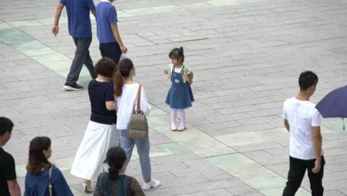 """小女孩走失街头哭喊""""妈妈"""",陌生路人的反应很暖心"""
