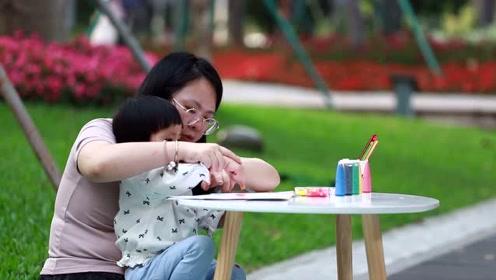 呼噜亲子活动:我和妈妈在公园里制造出七彩斑斓的彩虹!