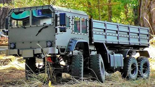 把玩8X8遥控卡车,这拍摄角度一看就是专业的,声音也很仿真!