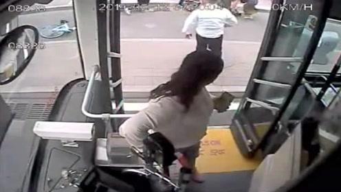市民骑电动车摔倒,热心公交司机和市民一起上前帮忙救助