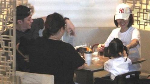 霍建华一家父亲节团聚,打卡网红店,林心如小动作表现她多爱女儿