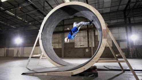 男子绕360°圆筒跑道快速奔跑,他能成功脱离地心引力吗?牛人