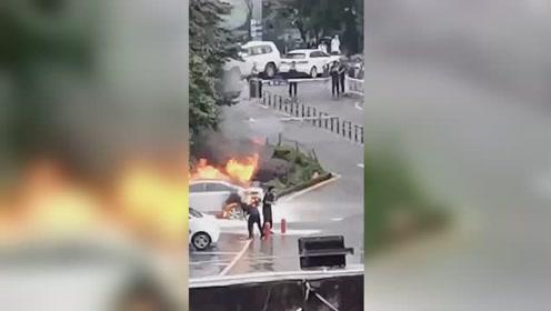 电动轿车充电时突然着火 轿车被烧成炭黑