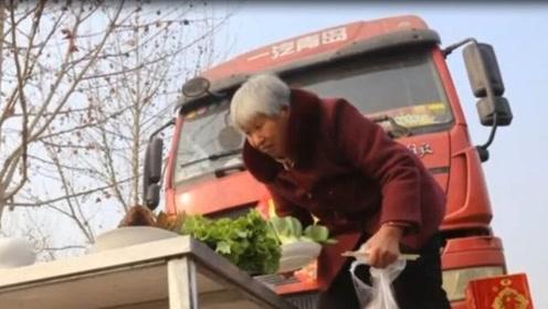 多岁老母为求平安,每年亲自跪地祭车,儿在车上思想复杂