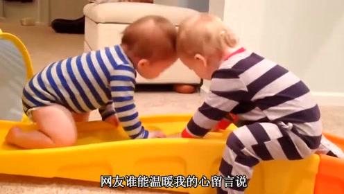双胞胎在客厅自己玩,太呆萌逗乐了,小宝宝头顶头