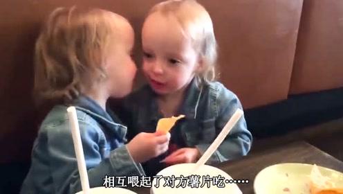 双胞胎在沙发上吃薯片,太暖心了,双胞胎互喂薯片吃