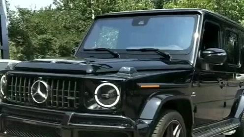 新买的奔驰G63到了,真车外观太漂亮了,就像一个黑武士!