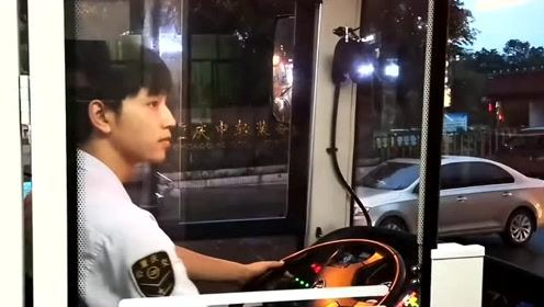 重庆公交司机太帅撞脸杨洋邓伦?他告诉网友:看正面可能会失望
