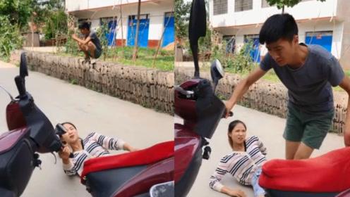当媳妇骑电动车摔倒,小伙却担心电动有没有摔坏了!