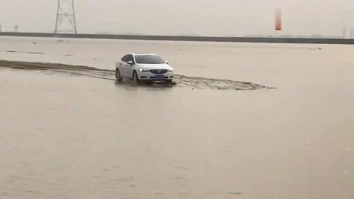 别克威朗也敢下河,幸亏水池不咋深,要不车子就报废了!