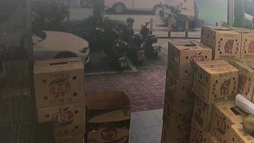 女司机油门当刹车踩,汽车冲进商店,监控拍下惊险的一幕