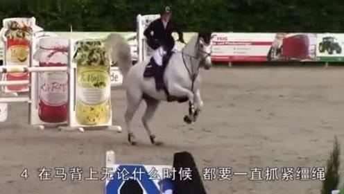 外国美女想骑马但一直爬不上去,接下来马的行为,让美女很惊讶!