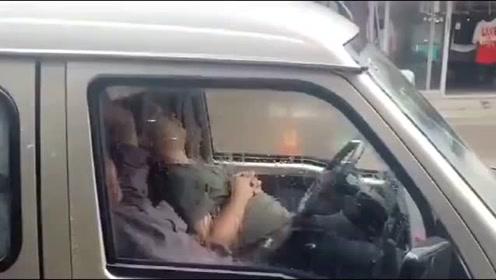 司机大哥, 车窗都起了雾,快醒醒吧!