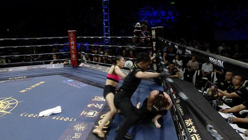 打疯了!东北虎妞暴打18岁女孩,擂台惊现白布裁判拼命撞开救人