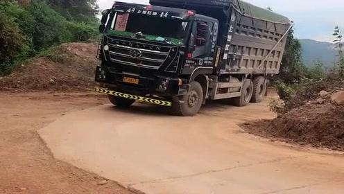 大货车不好拐弯,老司机亲自示范,这样操作不毁车!