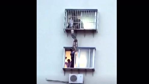 儿童头卡六楼防盗窗 民警板凳托举救援
