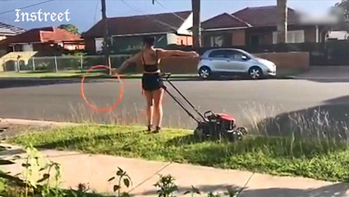 这家庭主妇,一边推着锄草机,还能一边玩呼啦圈