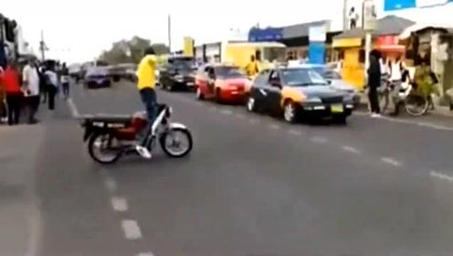 有这么好的骑车技术,不坐轮椅真是可惜