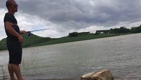 连续几天暴雨,家乡的水库太壮观了,迫不及待背上鱼竿钓鱼去