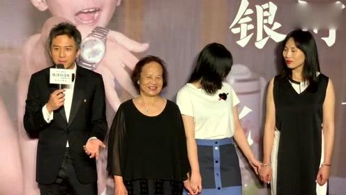 邓超妈妈盛装为其新电影助阵,超哥现场亲吻妈妈却被用脚踢