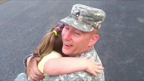 感动!女儿哭着奔向当兵归来的父亲 紧紧抱着他不松手