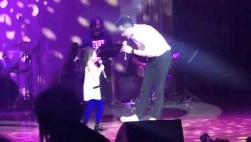 刘恺威陪女儿小糯米同台唱歌,庆祝学校10周年,全程不见杨幂