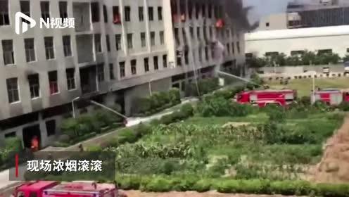 福建晋江一厂房大火,起火点在一楼仓库,有工人跳窗逃生