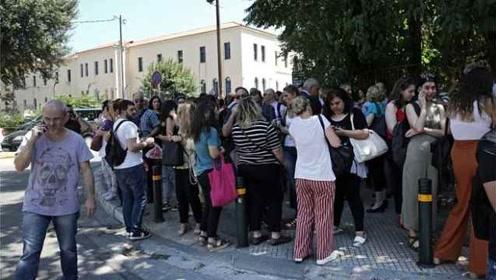 希腊雅典突发5.1级地震,民众跑上街头,电信网络一度中断