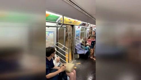 纽约暴雨后地铁站淹水,站台乘客滑倒差点被洪水冲走