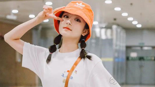 李兰迪最新机场潮流造型 糖葫芦小辫配亮橘渔夫帽十分青春