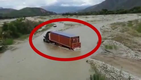 大货车过大水坑,动作利落一气呵成,绝对的老司机!