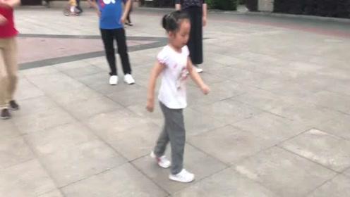 5岁小姑娘鬼步舞太厉害了,音乐一响跳个不停,火遍全网