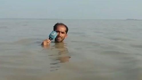 """巴基斯坦记者洪水中""""深度报道"""" 网友赞其敬业"""