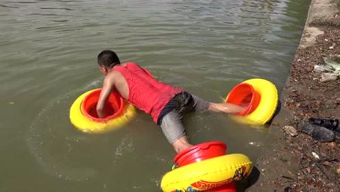 挑战蜘蛛水上滑行升级版,把游泳圈套水桶上,看看小伙是怎么做的