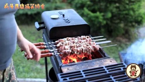 烤大串蘸番茄酱!这就是战斗民族的吃法 居然吃的还挺香