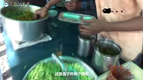 """难道这才是印度真正的""""手抓饭""""?往绿色的米饭狂放咖喱,太过瘾"""
