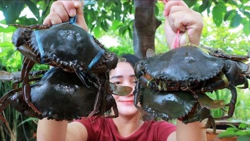 一堆鲜活的螃蟹,眼睛还在动,看柬埔寨巧妇怎么吃的,过瘾