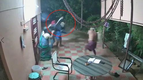 惊险!老夫妻遇俩劫匪持刀抢劫,抡起板凳一通乱砸打跑歹徒