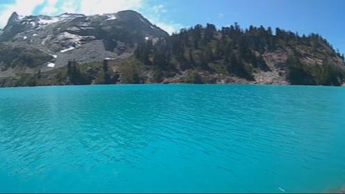 新疆天山现一神奇湖泊 湖水随着季节变色