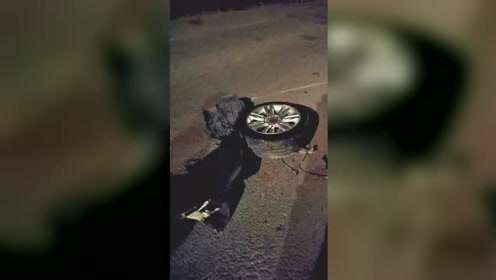 两轿车猛烈相撞受损严重 其中一辆轮子都被撞飞