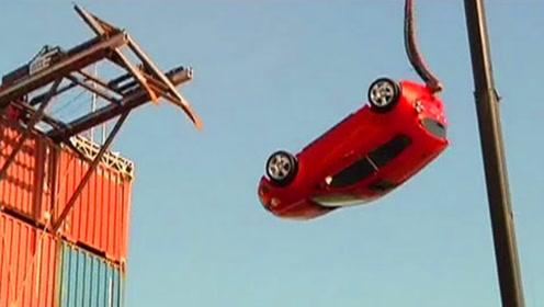 雪佛兰让汽车玩蹦极,从30米高直接推下去,还好里面没坐人!
