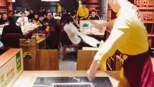 帅气的服务员小哥擦桌子还能擦出花招来,这真的太厉害了!