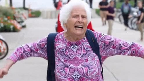 美国奶奶来中国看望孙子,看到这一幕后急了:中国人都这样