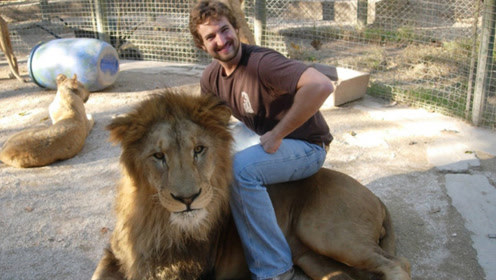"""签""""生死状""""才能进的动物园,可以和动物亲密接触,受伤自行负责"""