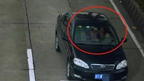 太危险!女子一边开车一边抱孩子