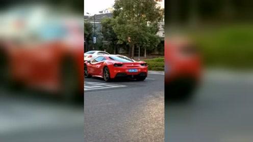 法拉利跑车离开酒店,后面还有几辆跑车!